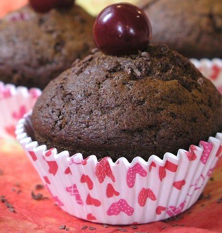 Recept: hříšně sladké čoko muffiny i jejich odlehčená varianta!
