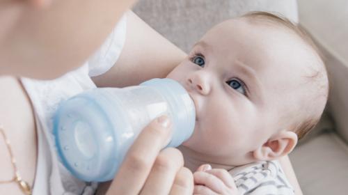 Náhradní nerovná se špatné aneb boříme mýty o kojenecké výživě